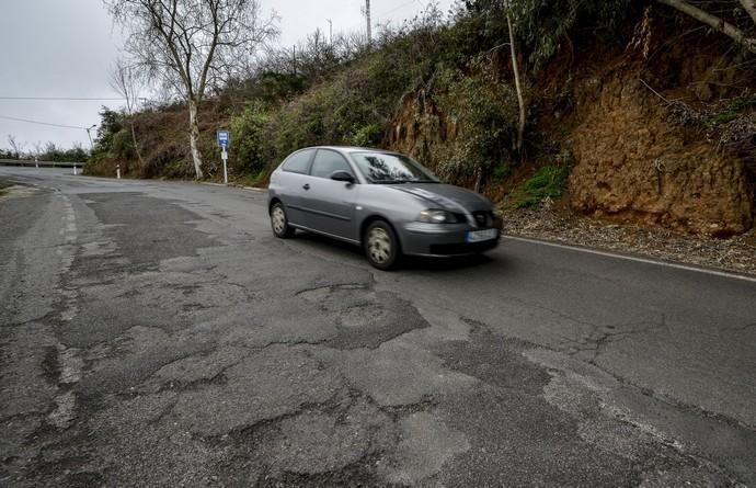 Un coche en una carretera