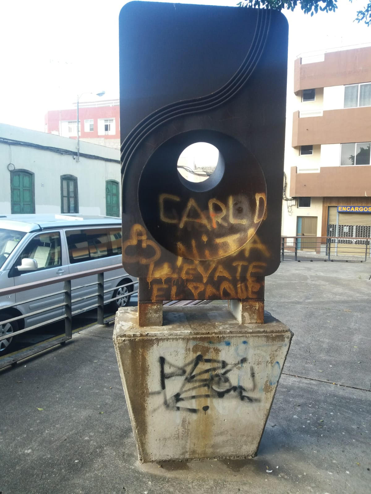 Escultura con grafitis