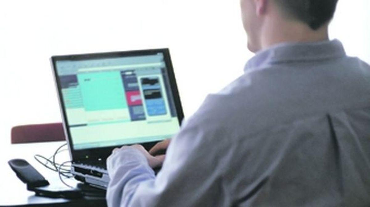 Un hombre y un ordenador