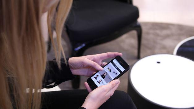 una mujer con un móvil