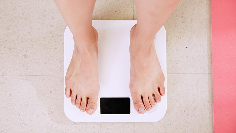Unos pies sobre una pesa