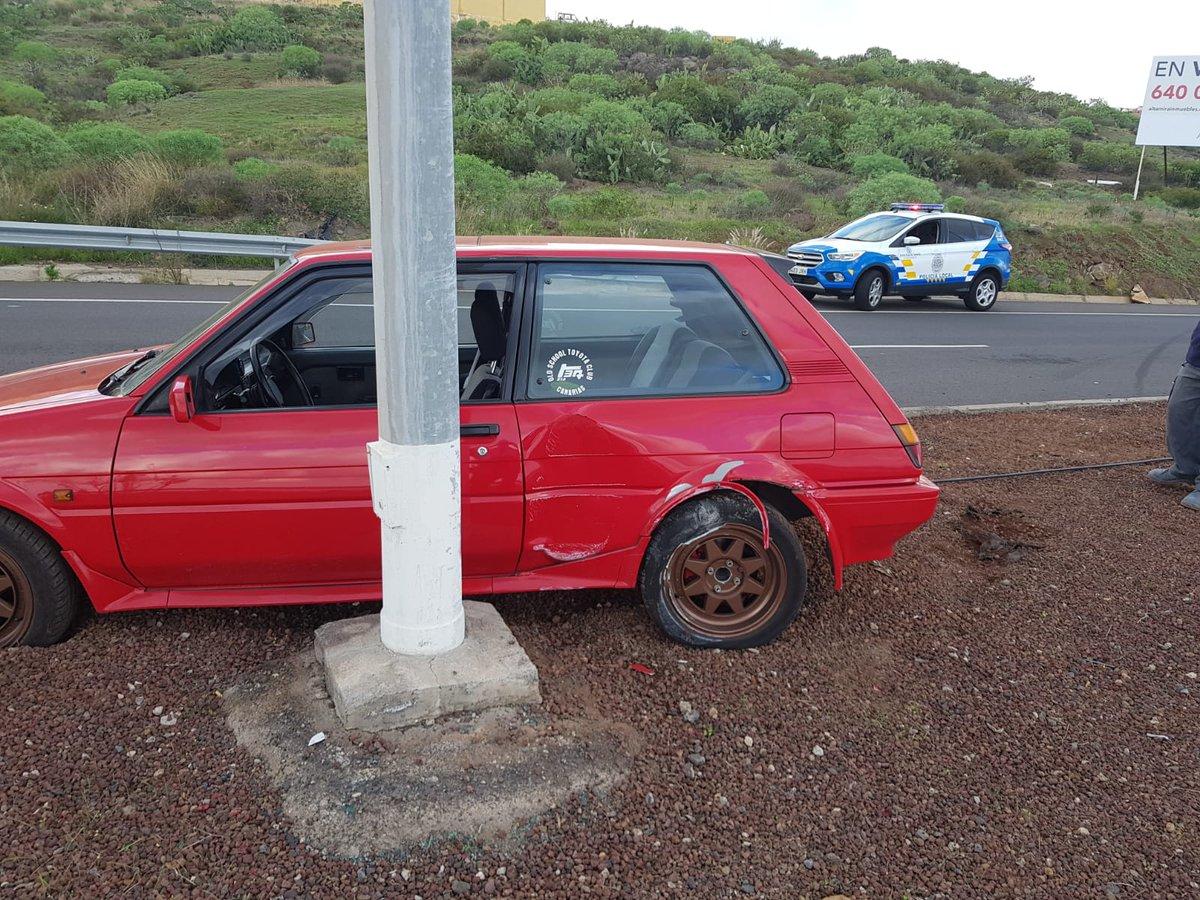 Un coche choca contra una farola
