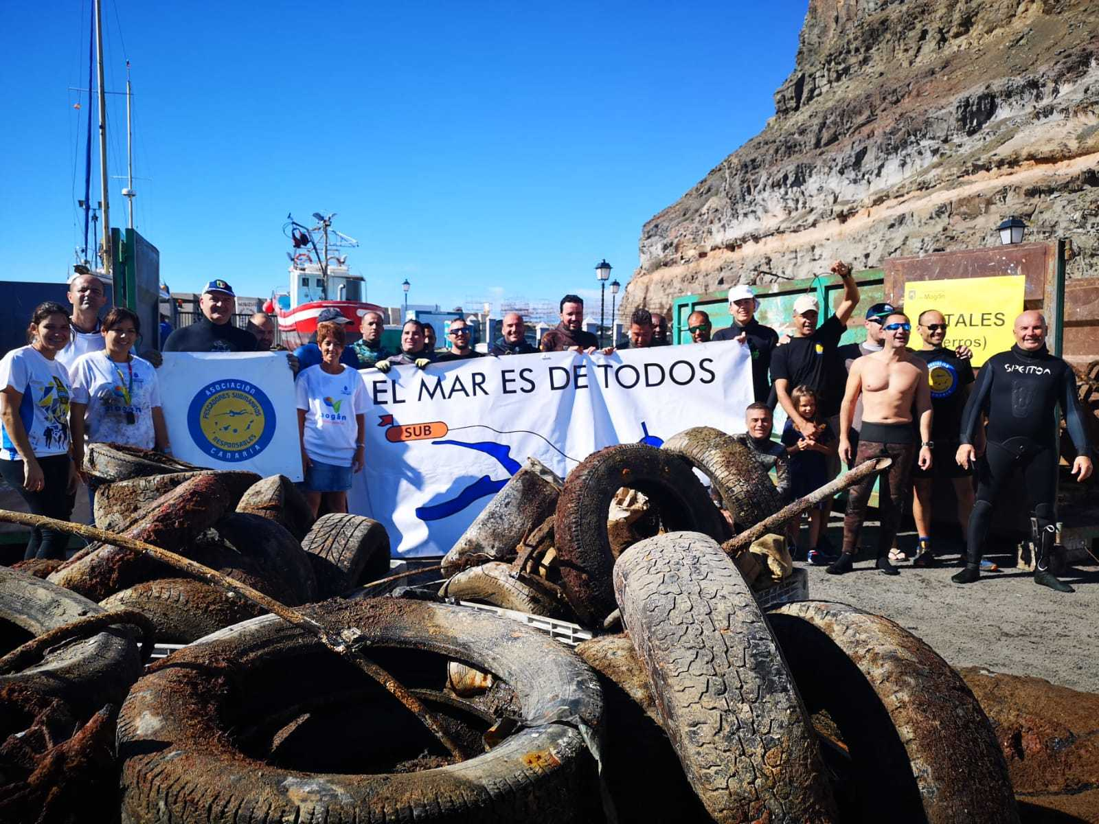 Un centenar de voluntarios contribuyen a limpiar el fondo marino del Puerto de Mogán