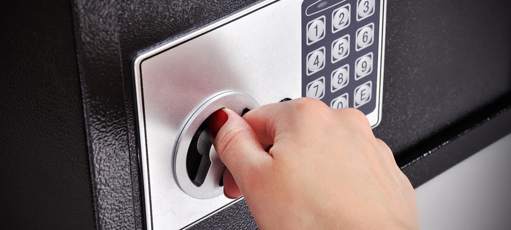 Detienen en Tenerife a una empleada de hogar por robar 25.000 euros de la caja fuerte del domicilio en el que trabajaba
