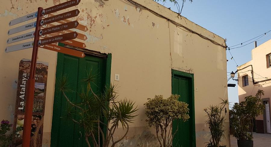 La Atalaya de Santa Brígida se convierte en el primer barrio de casas cueva en la isla con señalética para turistas