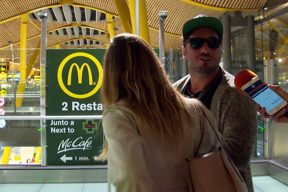 David Bustamante y Yana Olina en el aeropuerto