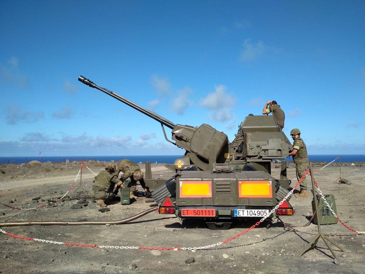 Ejercicio de tiro de cañón en la zona militar de La Isleta