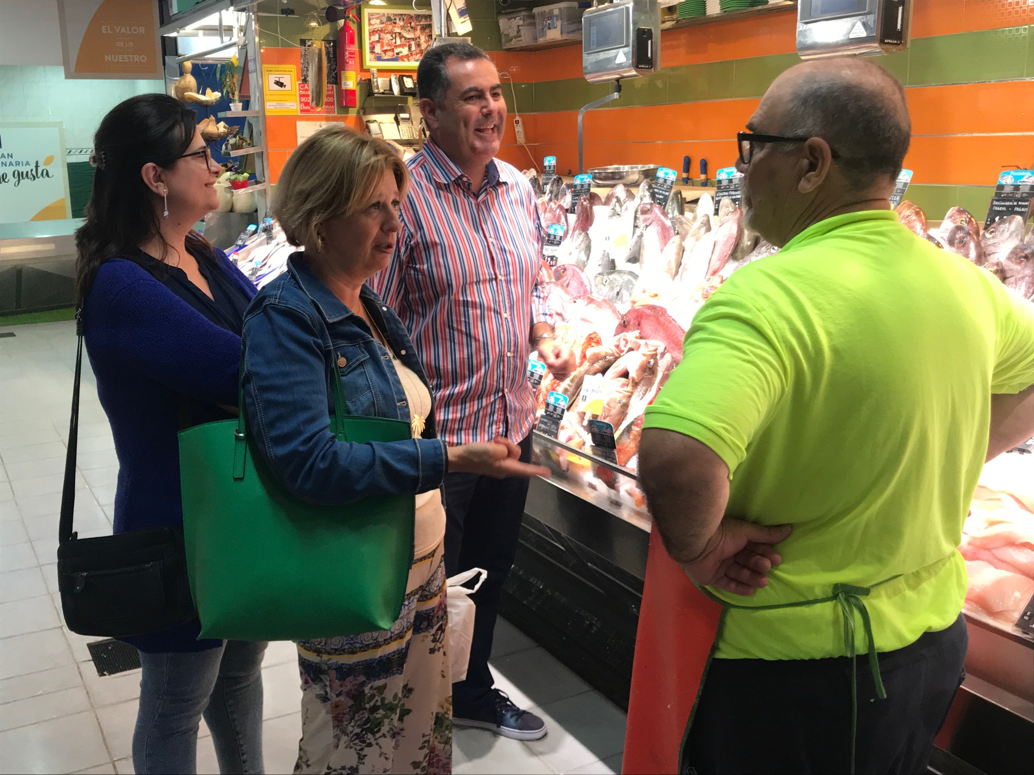 Luzardo que visitó el Mercado de Altavista junto a los concejales Rosa Viera e Ignacio Guerra