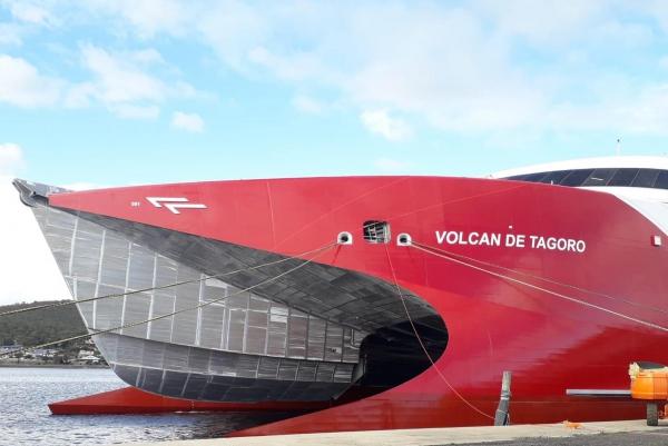 Naviera Armas pone a flote el catamarán Volcán de Tagoro