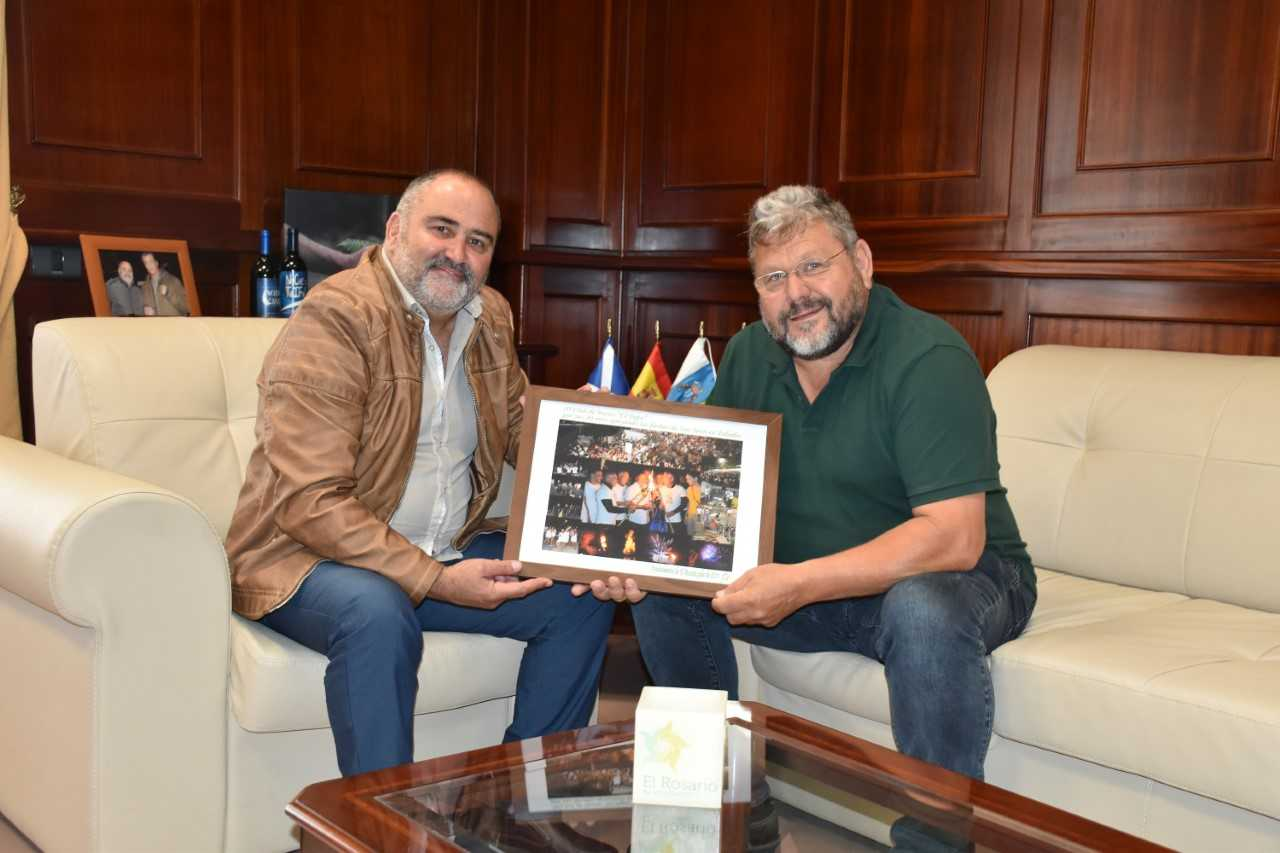 El alcalde de El Rosario recibe al Club de Buceo El Pejín por su 20 aniversario