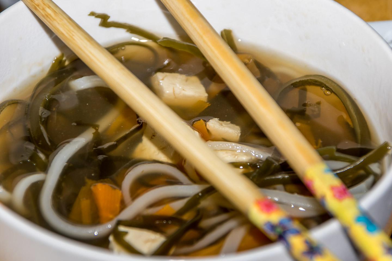 Sopa de algas, tofu y noodles