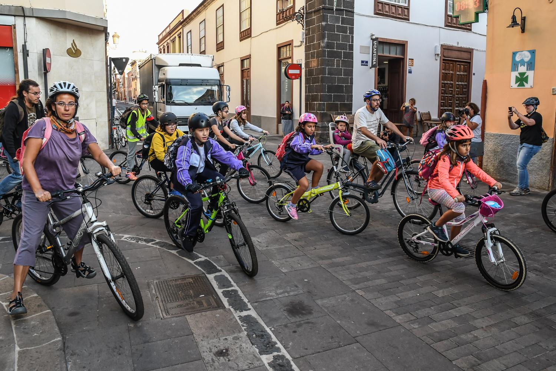 La cuarta edición de la Biciguagua de La Laguna reúne a decenas de niños y niñas por la movilidad sostenible