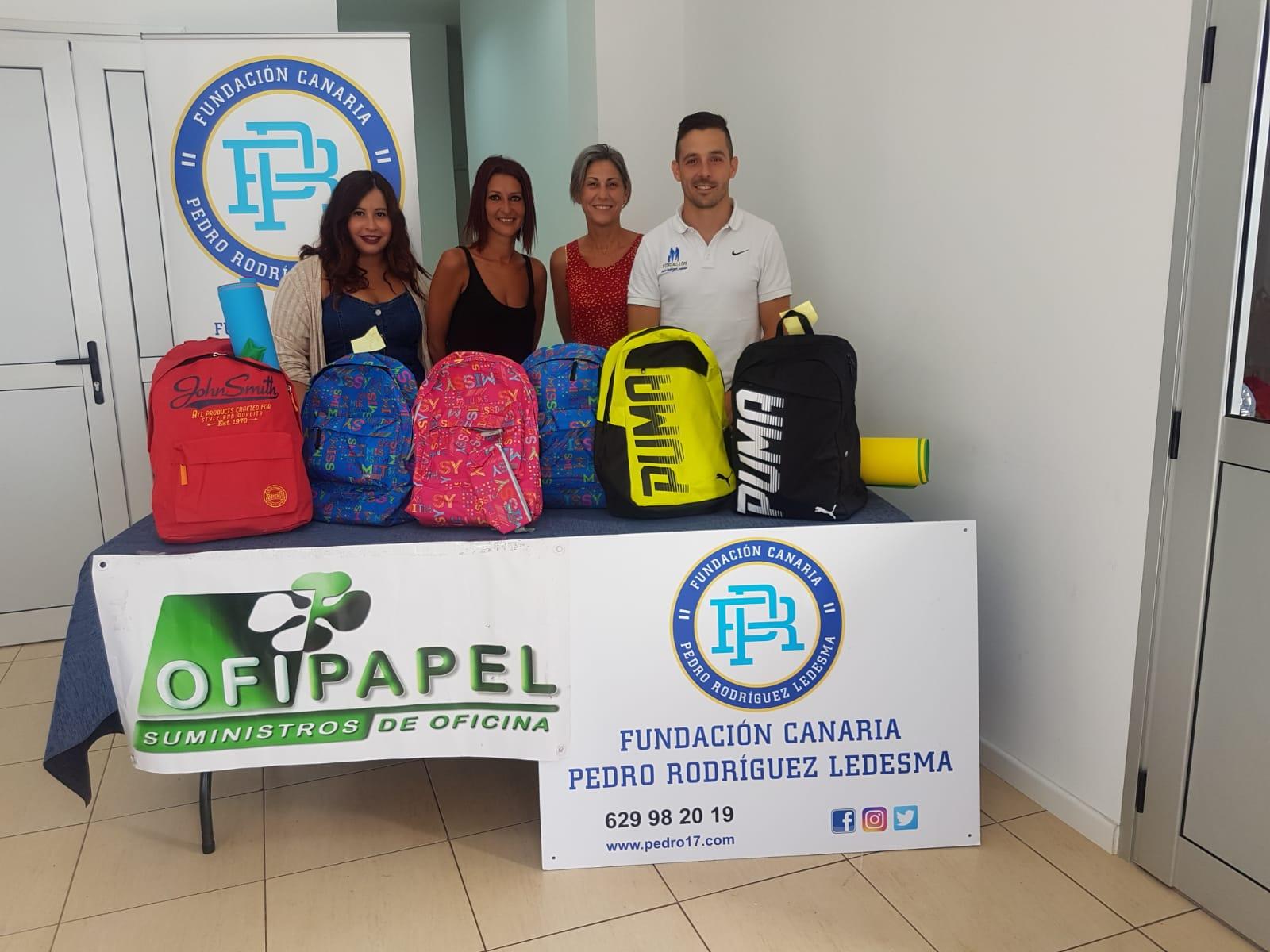La Fundación Pedro Rodríguez Ledesma entrega mochilas solidarias en San Miguel de Abona