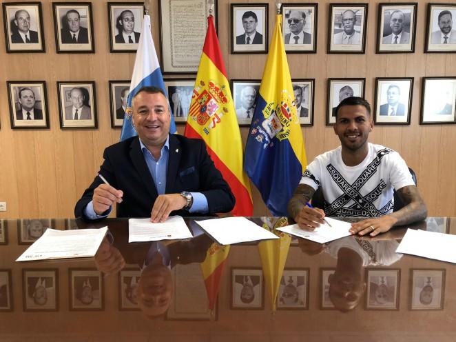 Jonathan Viera y Miguel Ángel Ramírez firman el contrato