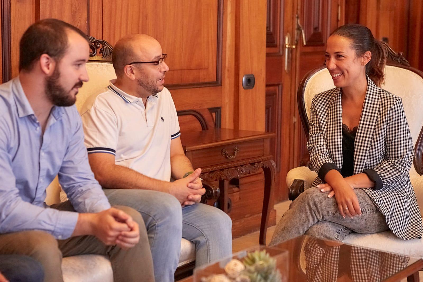 La alcaldesa de Santa Cruz recibe a los músicos internacionales Mollá y Rejano
