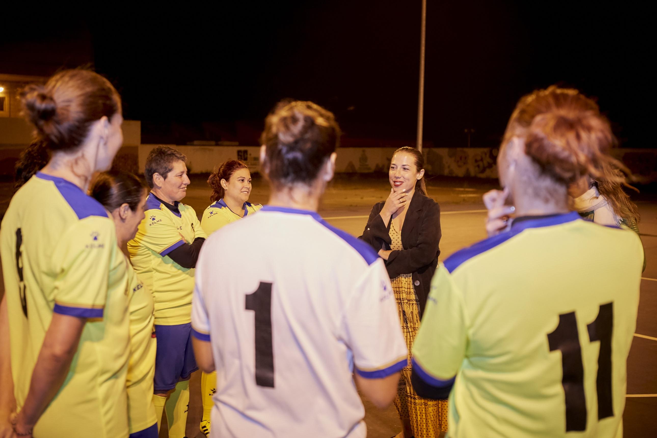 La alcaldesa de Santa Cruz de Tenerife muestra su apoyo al equipo de fútbol sala femenino