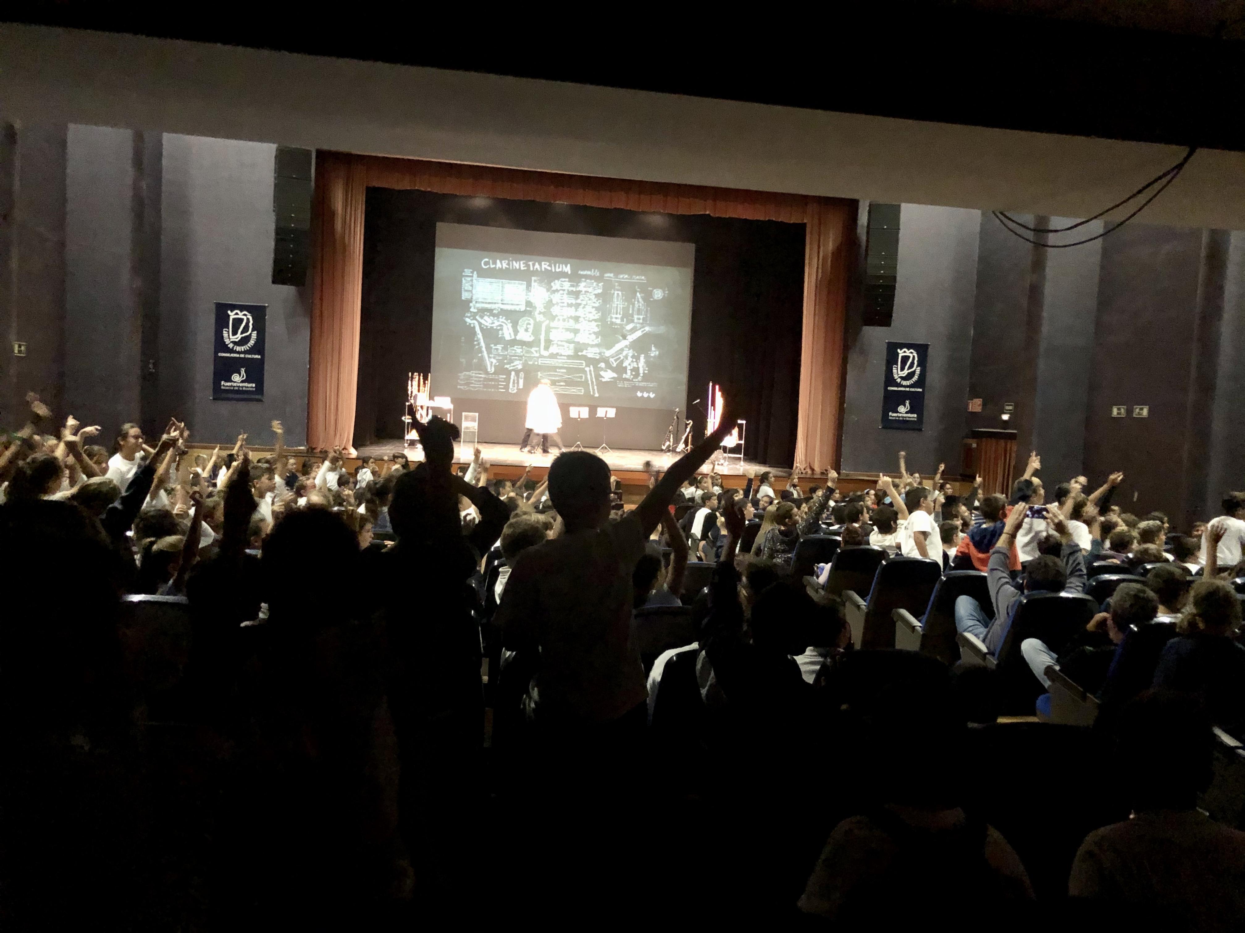 Unos 1.900 escolares de Fuerteventura asisten al espectáculo Clarinetarium en el Auditorio Insular de Puerto del Rosario