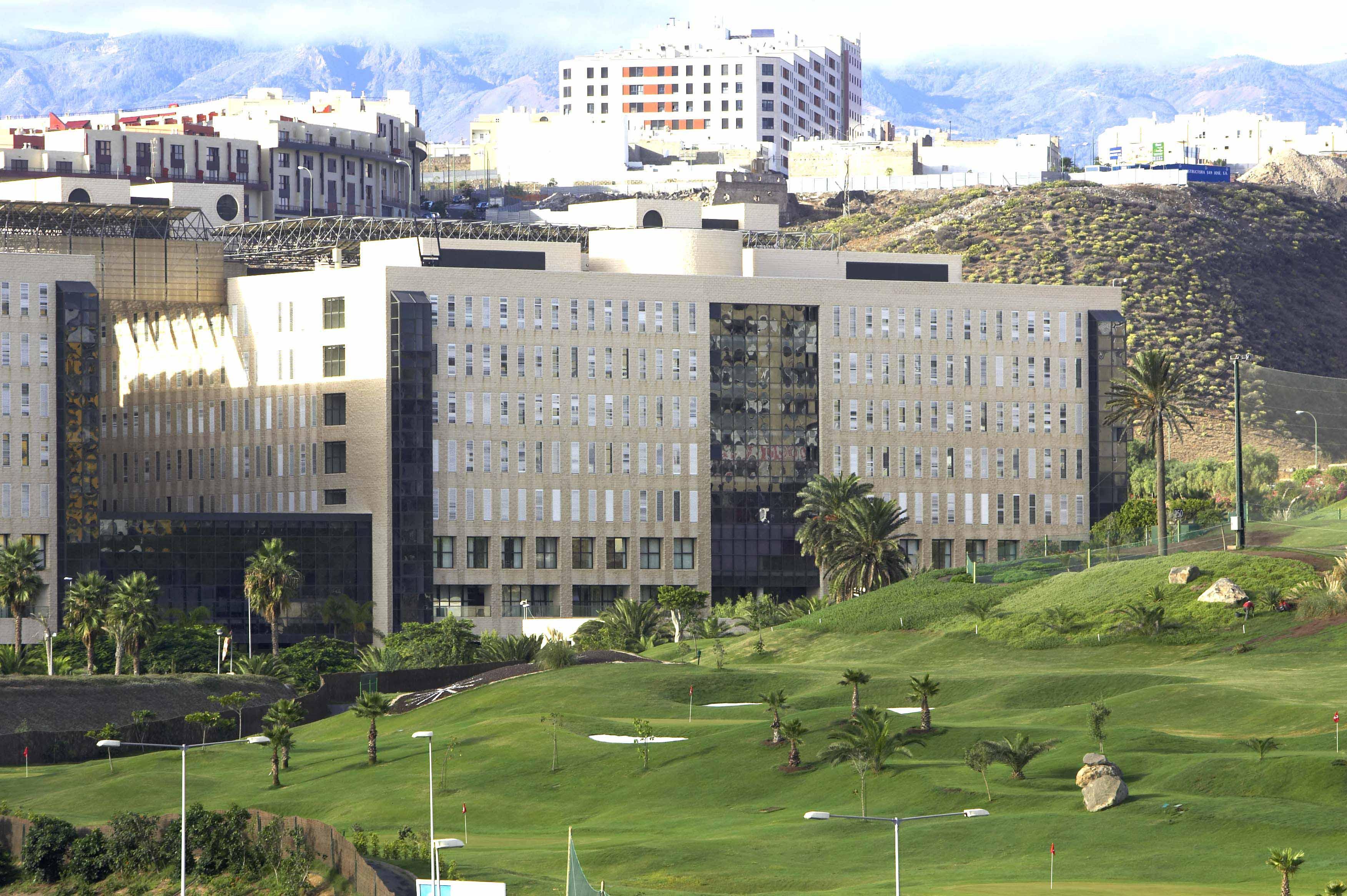 La Dirección Gerencia y el personal de Enfermería de Hemodinámica del Hospital Dr. Negrín firman un acuerdo que pone fin al conflicto laboral