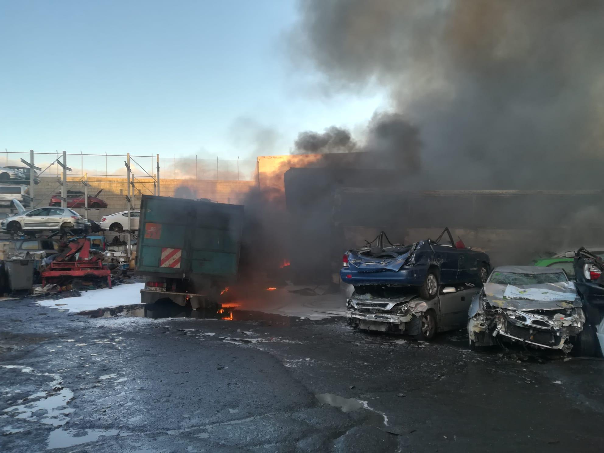 Controlado el incendio de la chatarrería del polígono industrial Las Torres de Las Palmas de Gran Canaria