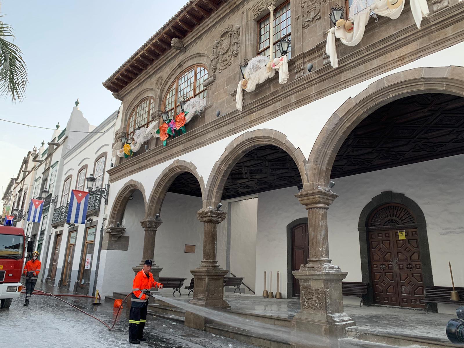 El Ayuntamiento de Santa Cruz de La Palma logra reabrir la avenida antes de las 12 tras retirar 40 toneladas de residuos de Los Indianos