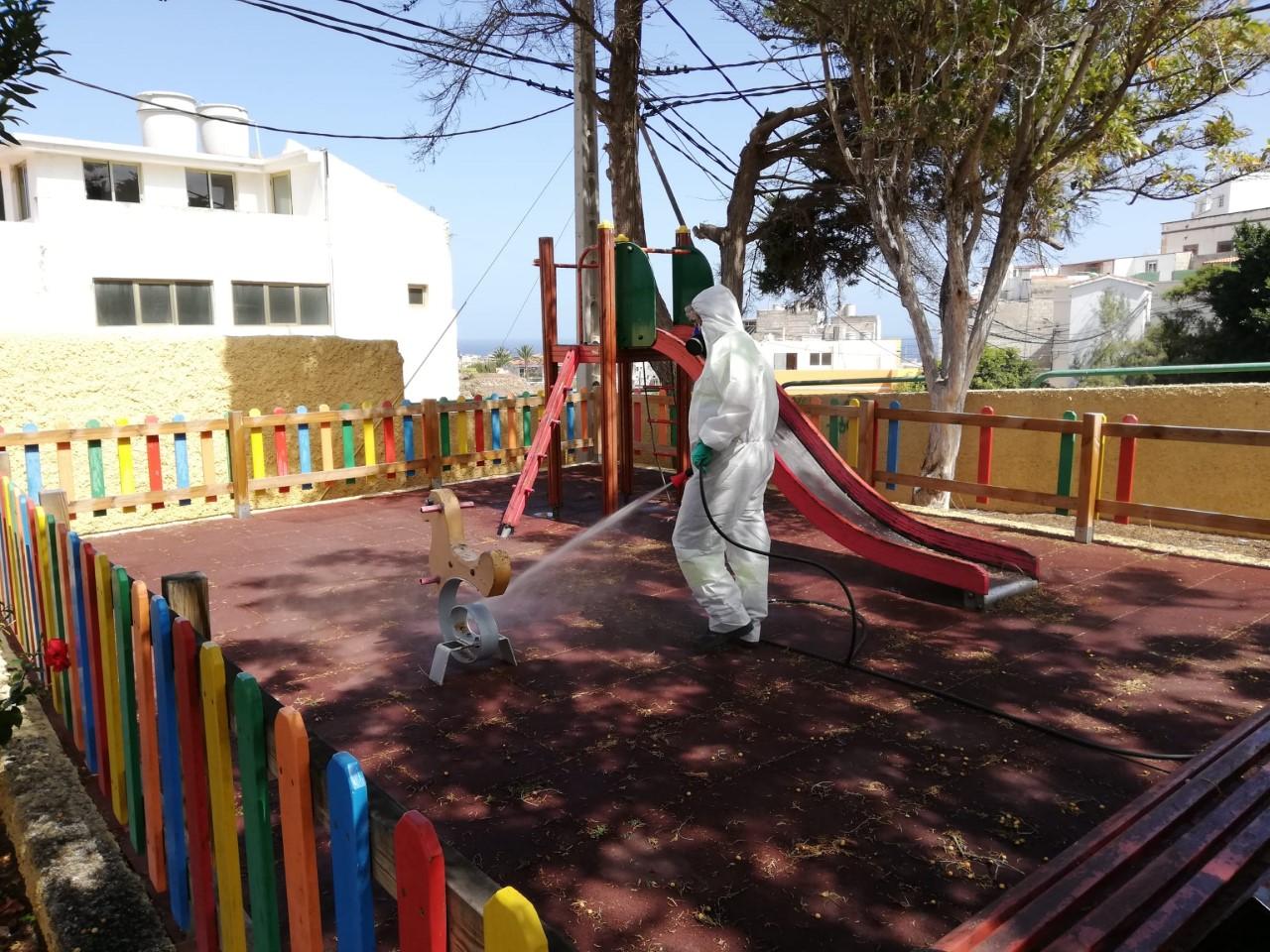 El Ayuntamiento de Arucas refuerza la limpieza y desinfección de los parques y plazas del municipio