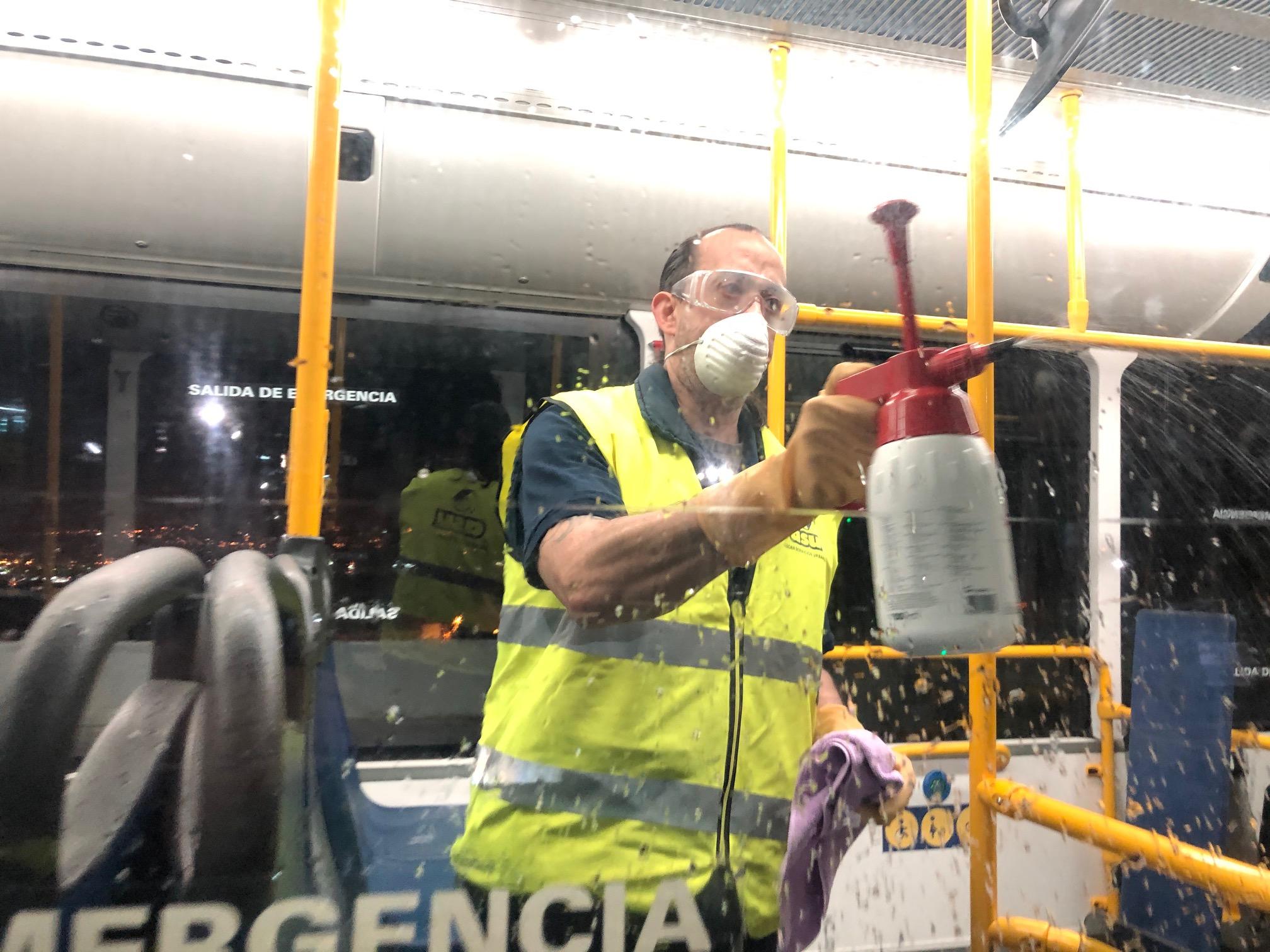 Limpieza de los vehículos de Guaguas Municipales como medida de contención del coronavirus