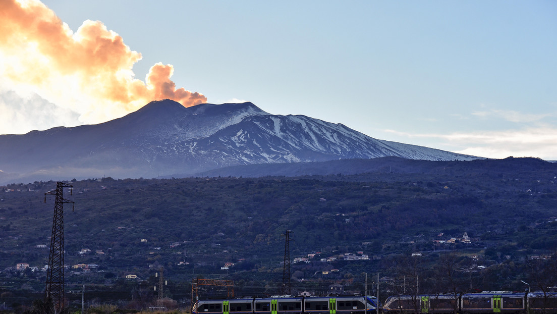 El volcán Etna exhala una fumarola en forma de corazón