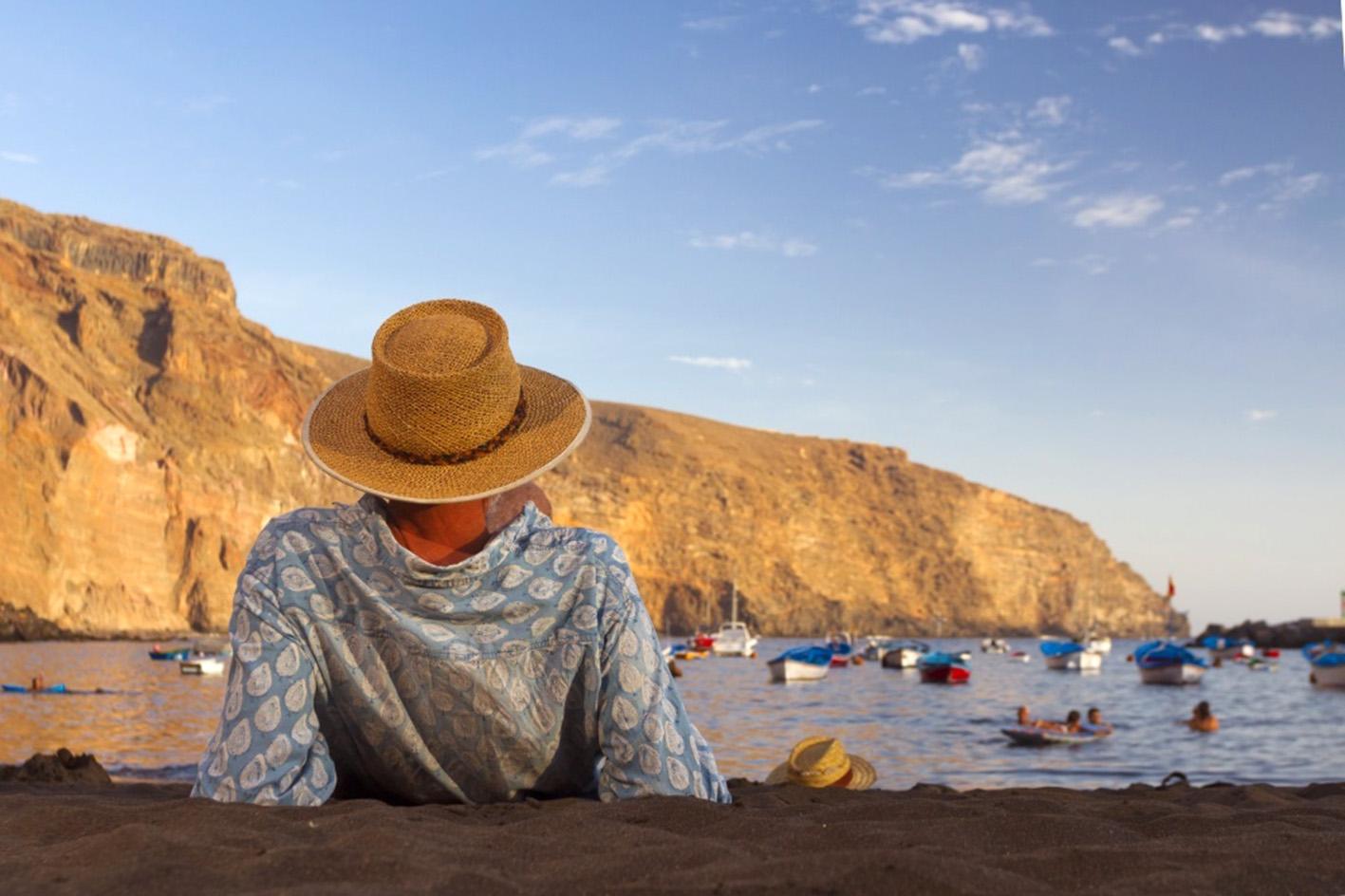 hombre en una playa de Canarias