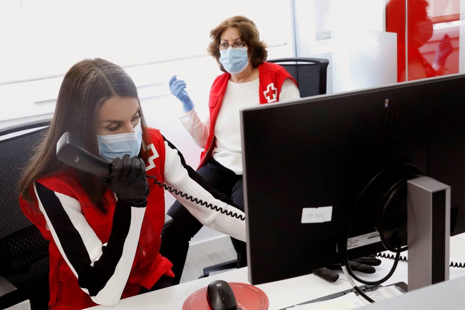 La reina Letizia, una voluntaria más de Cruz Roja (VÍDEO