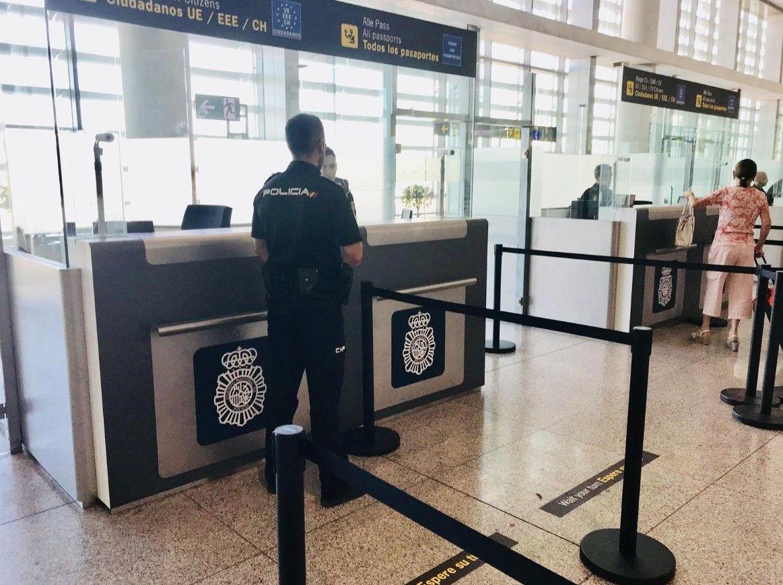 control de policía en el aeropuerto
