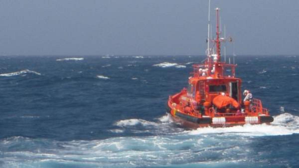 Localizan a 45 Km de Canarias una patera que puede llevar 5 días en el mar