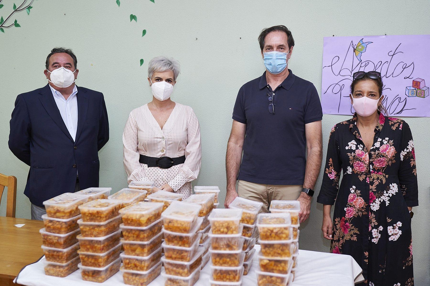 Virginia Ávila, Pilar Parejo y Ángel Esquinas visitan el comedor de Mensajeros de la Paz