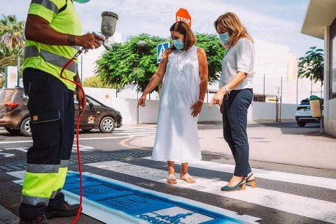 Arrecife adapta los pasos de peatones junto a los colegios para niños autistas. Lanzarote