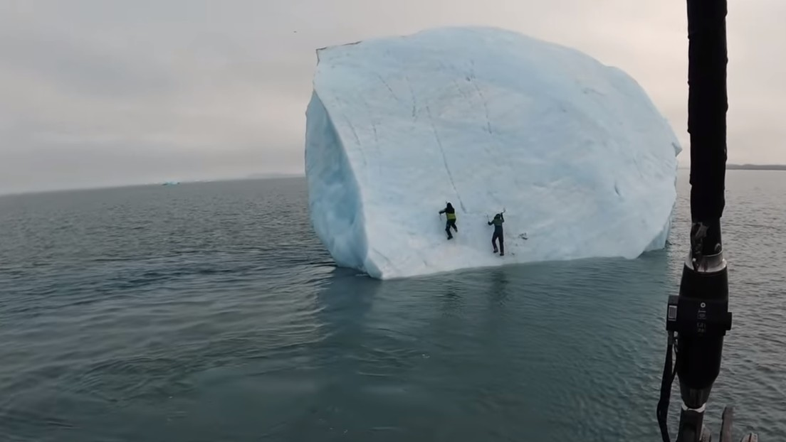 Un iceberg se vuelca en el Ártico