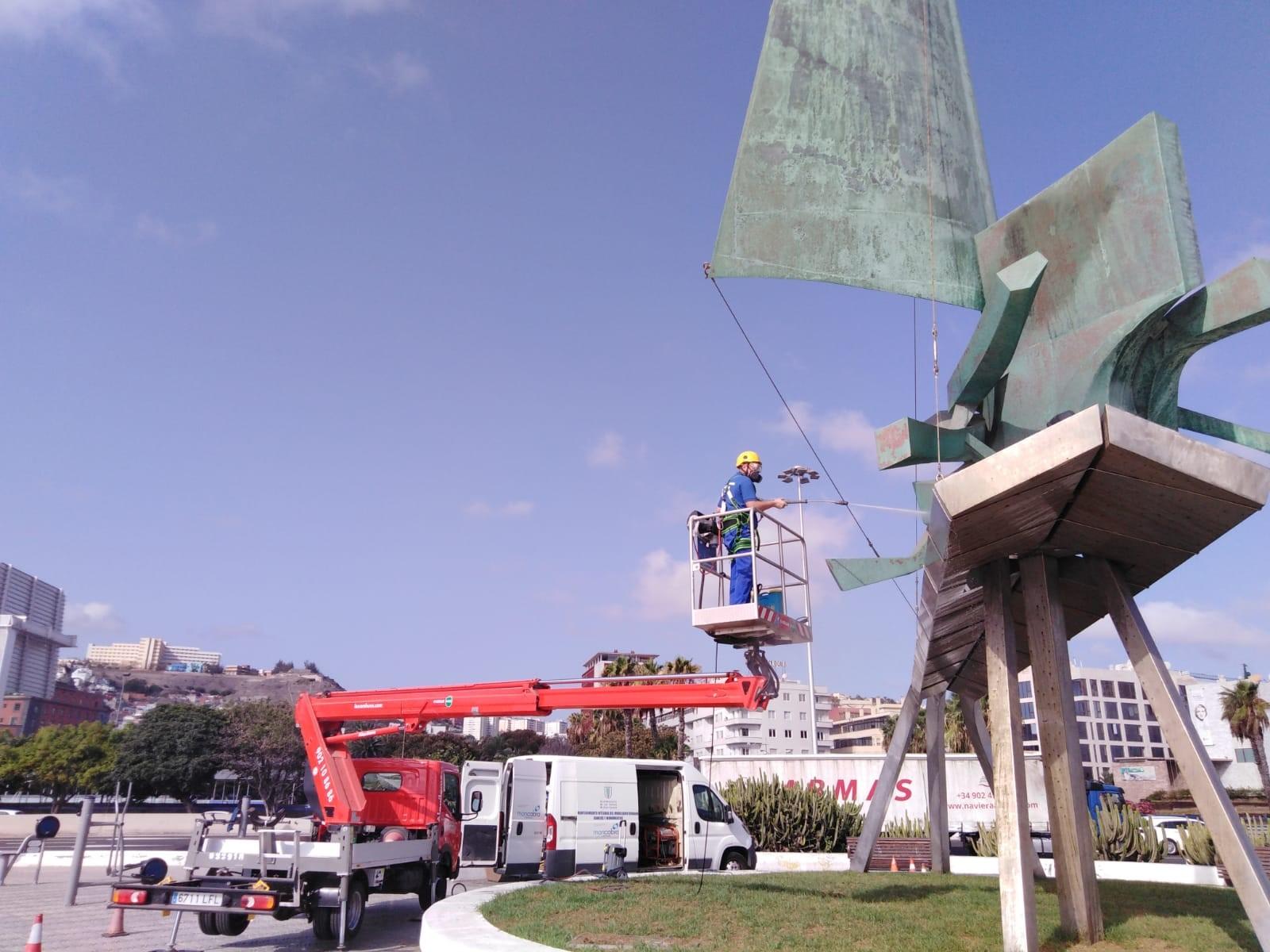 Labores de mantenimiento y limpieza en monumentos de Las Palmas de Gran Canaria