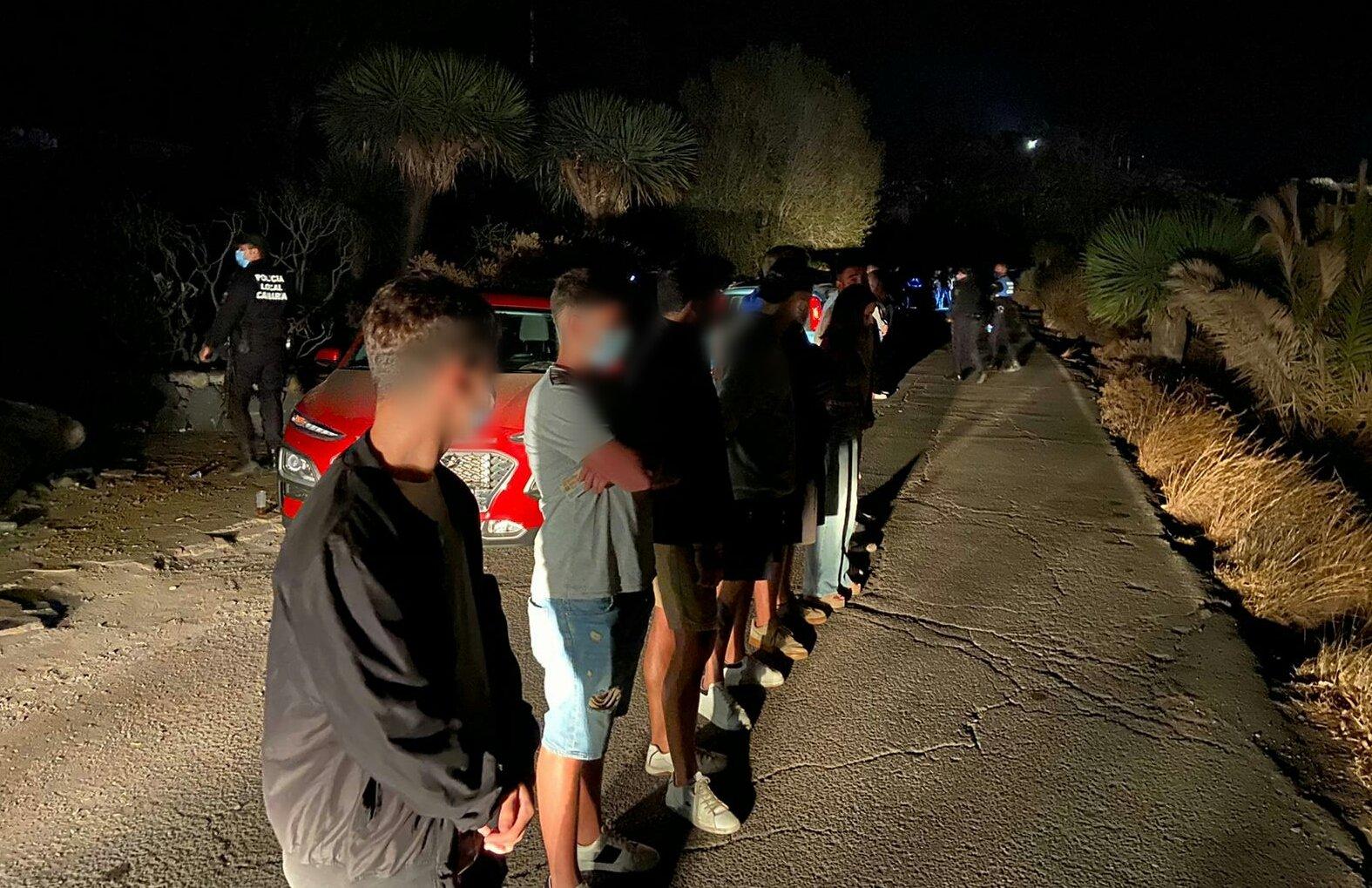 La Policía Local de Santa Cruz de Tenerife levanta actas a jóvenes en botellón