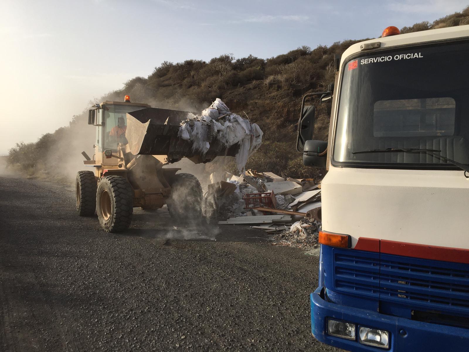 Telde retira un vertido ilegal de escombros de la Sima de Jinámar