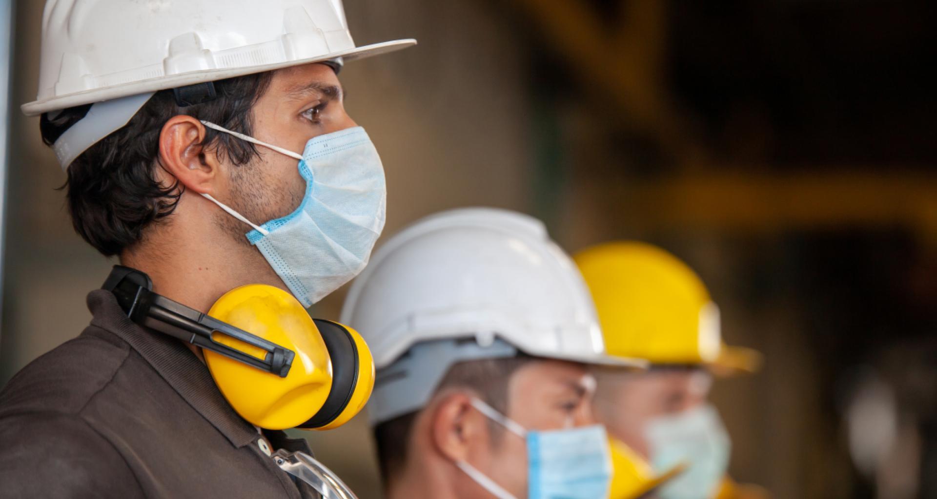 Trabajadores con mascarillas