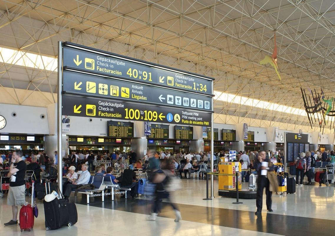 Turistas en el aeropuerto de Gran Canaria