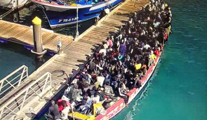Llega al sur de Tenerife una patera con más de un centenar de ocupantes
