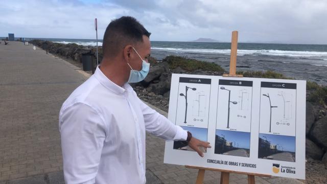 El concejal Luis Alba mostrando las tres luminarias a elegir, La Oliva. Fuerteventura