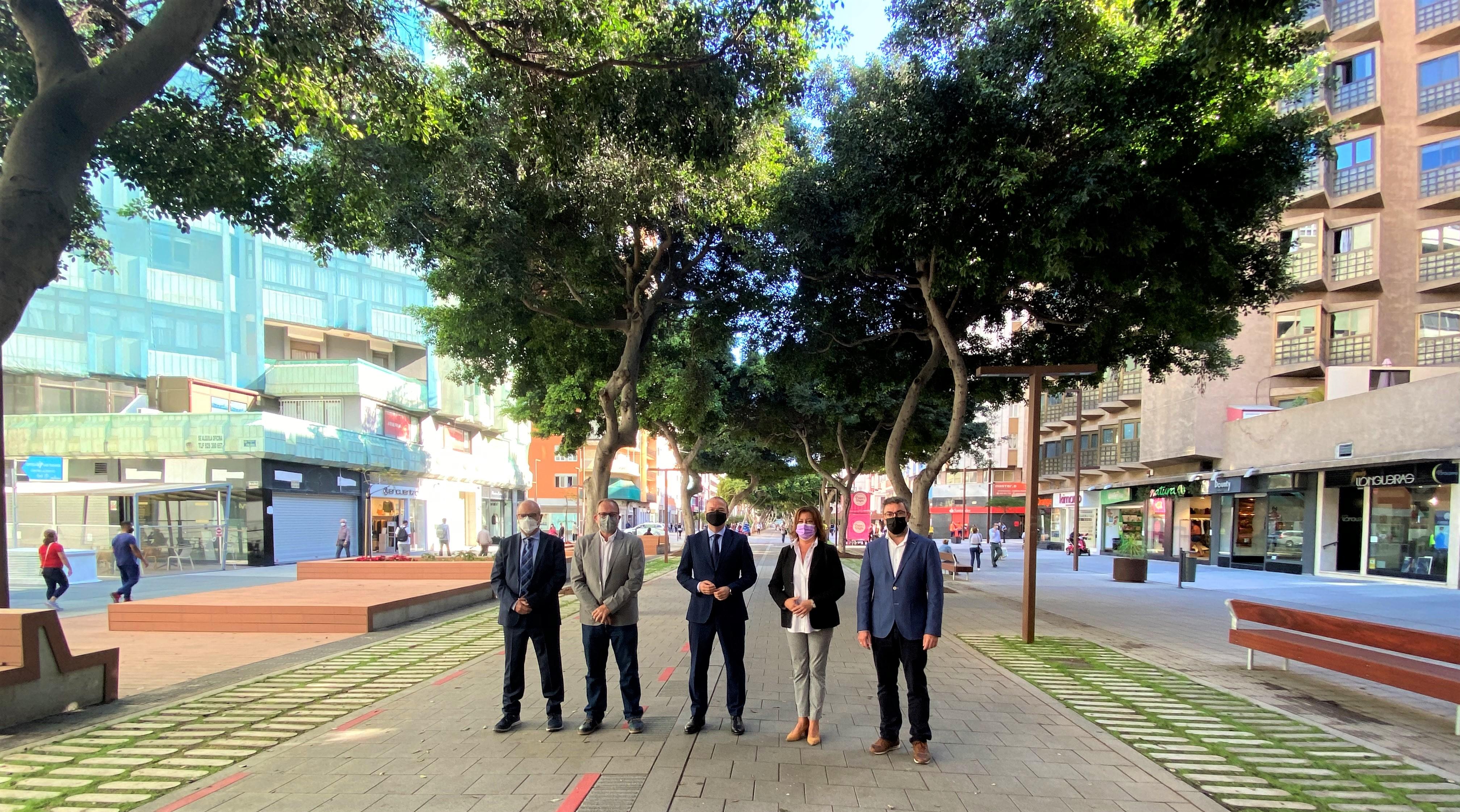 Alcalde y concejales de Las Palmas de Gran Canaria en el nuevo bulevar de Mesa y López / CanariasNoticias.es
