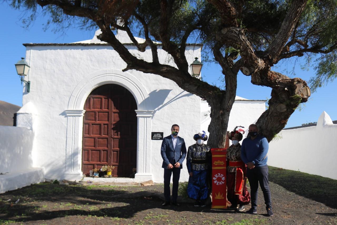 El alcalde, Óscar Noda, y Javier Camacho, edil de Festejos junto a los pajes reales en Yaiza/ canariasnoticias.es