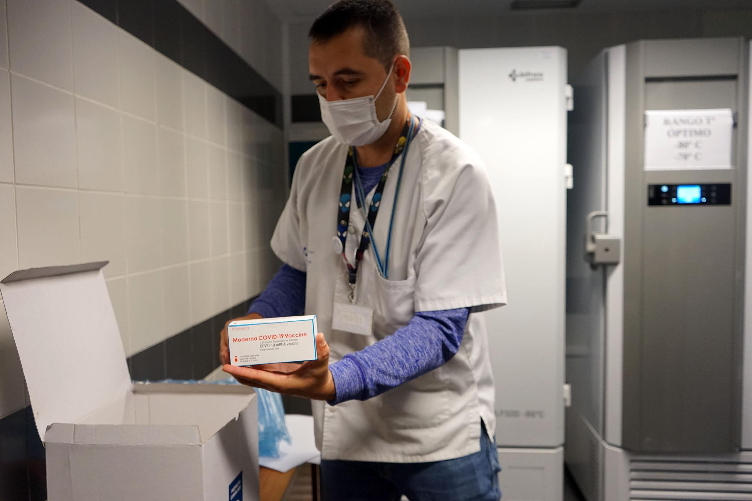 Las primeras vacunas de Moderna llegan a los hospitales canarios
