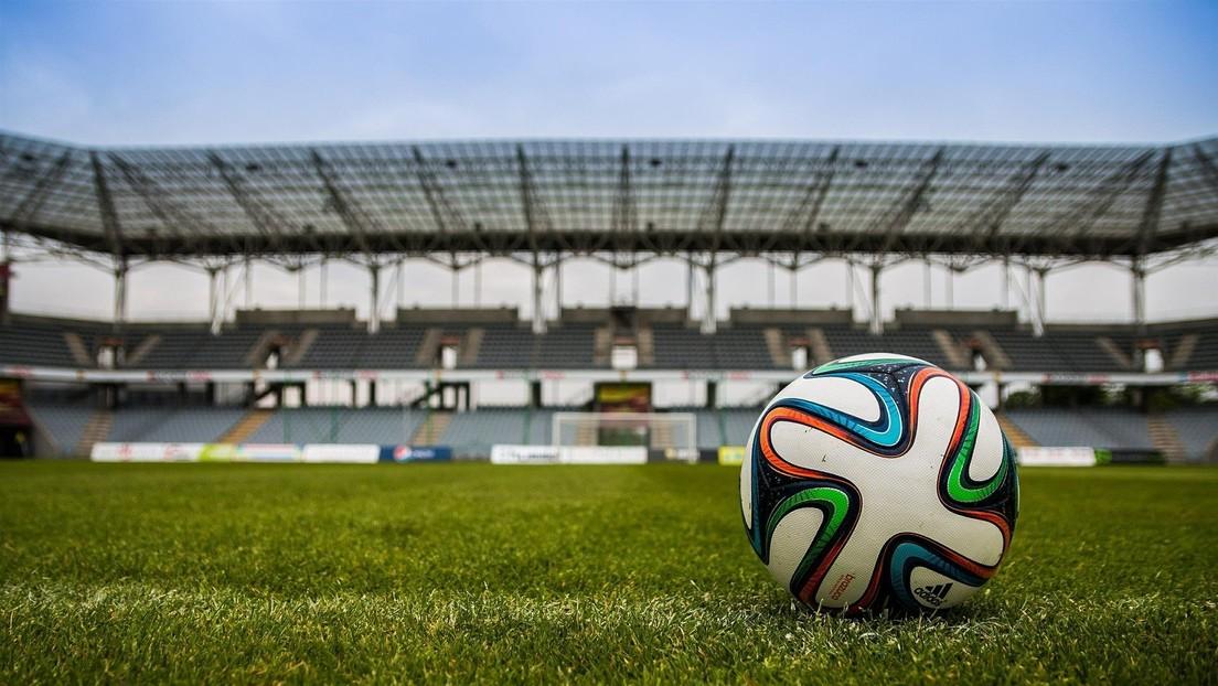 Balón en estadio de fútbol
