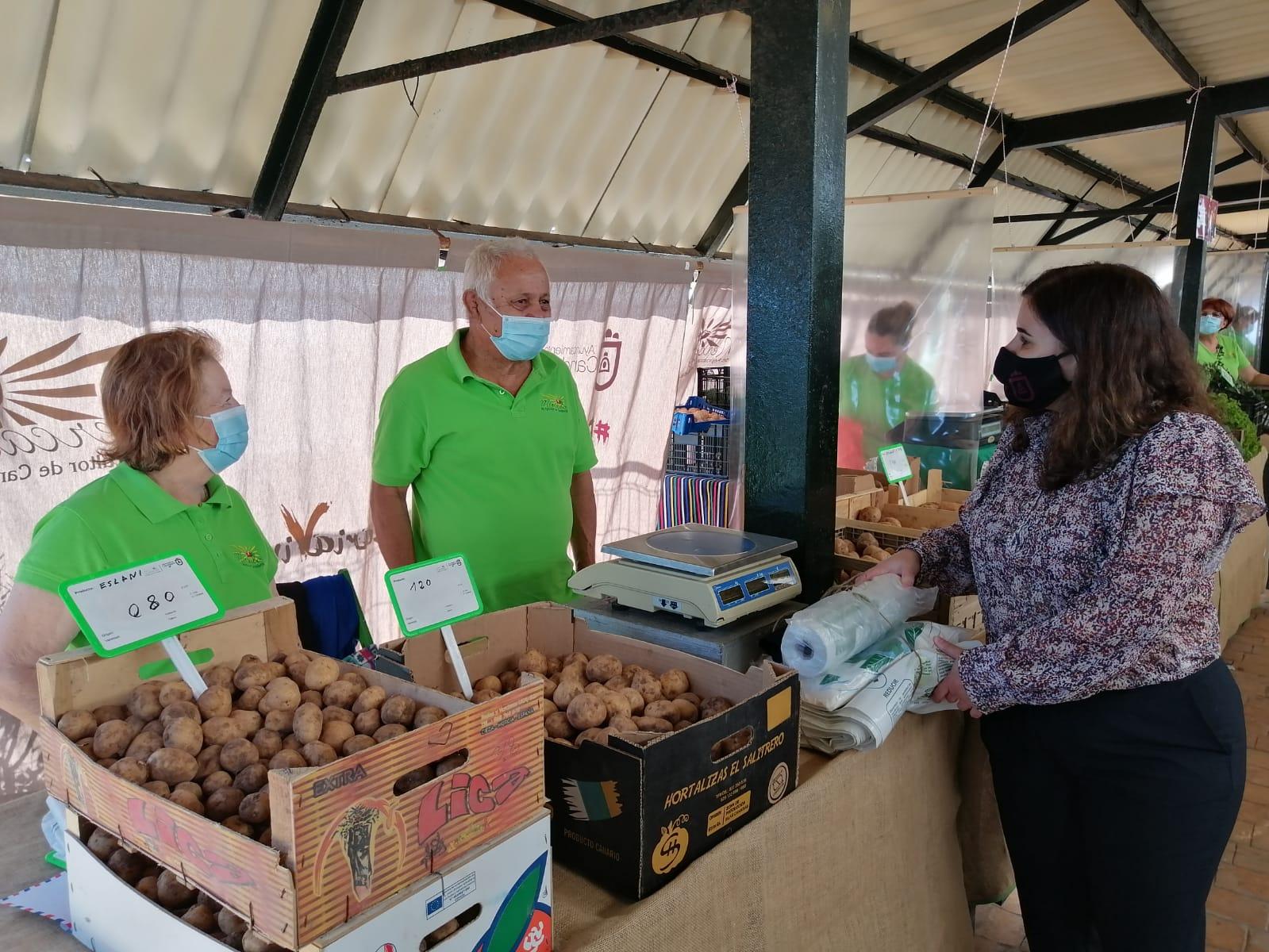 La Alcaldesa María Concepción Brito en el Mercado del Agricultor de Candelaria / CanariasNoticias.es