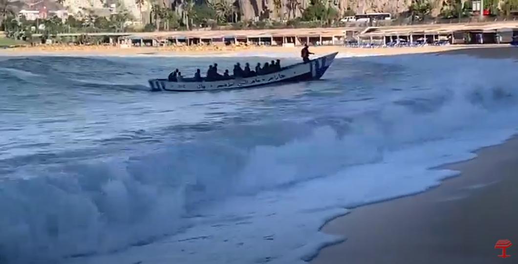 Patera llegando a la Playa de Amadores/ canariasnoticias.es