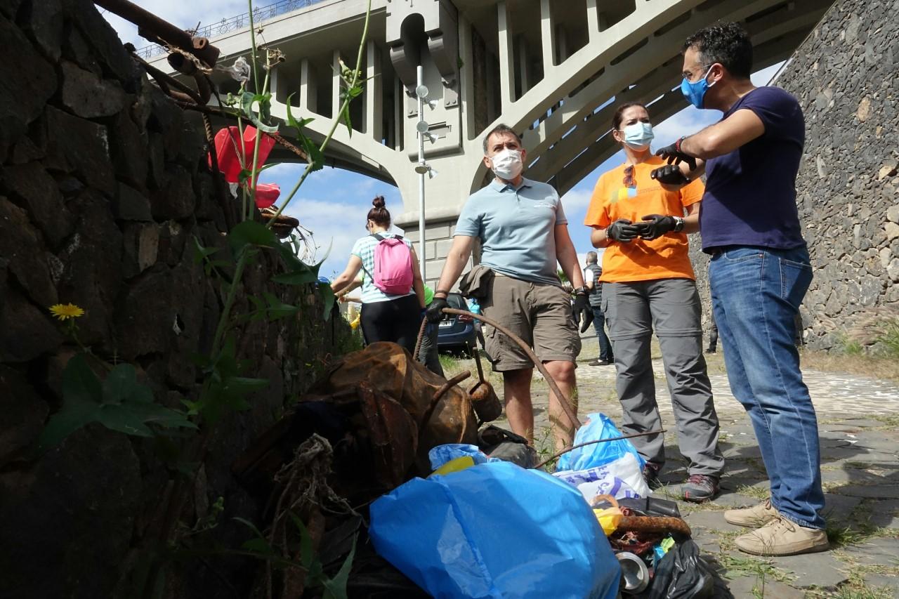 José M. Bermúdez y voluntarios limpiando el barranco de Santos/ canariasnoticias