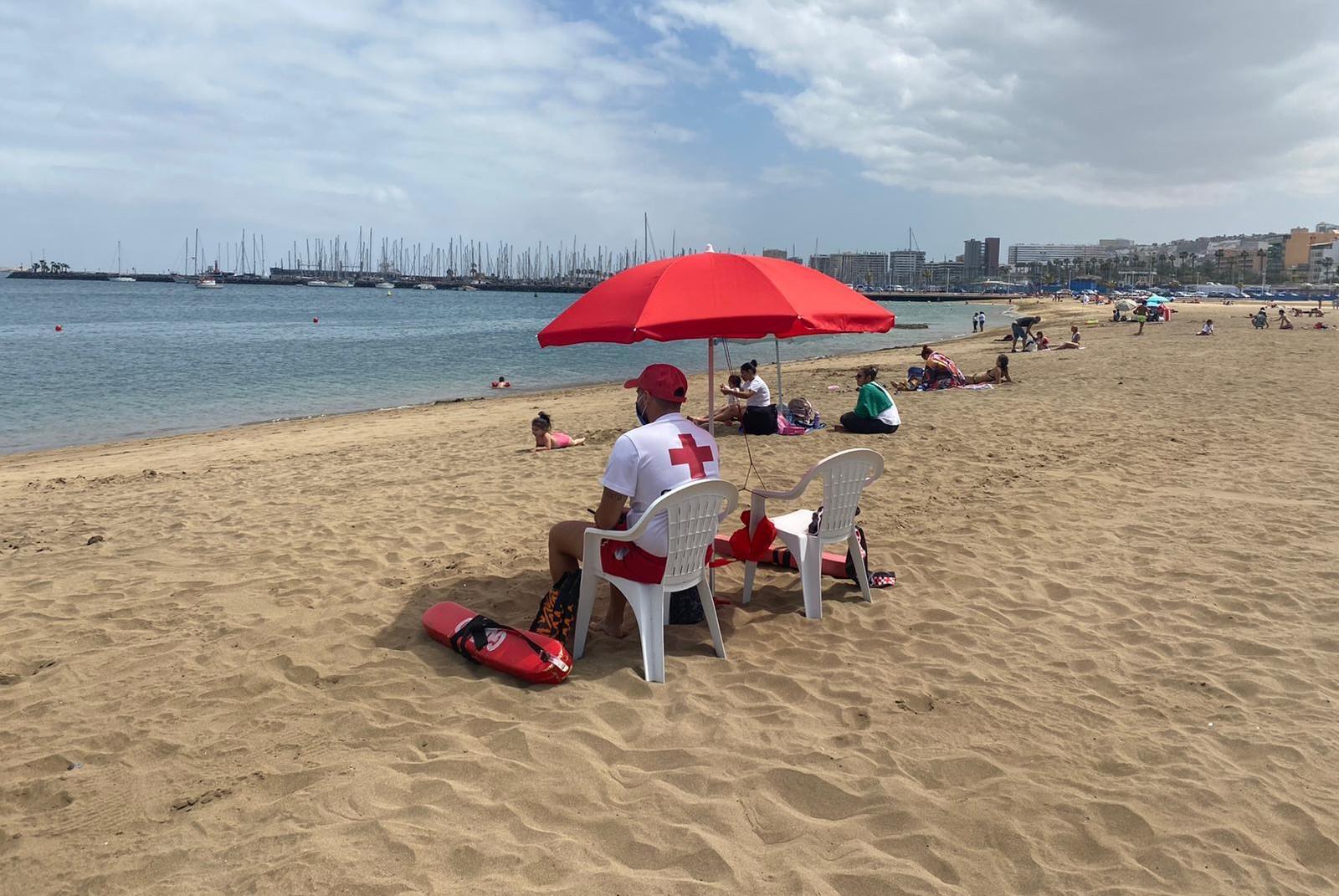 Cruz Roja en la playa de Las Alcaravaneras en Las Palmas de Gran Canaria / CanariasNoticias.es