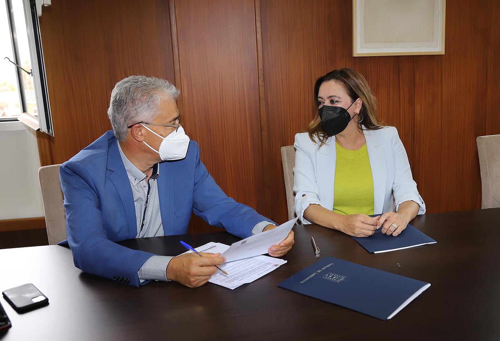 Firma del Convenio entre el Cabildo de Lanzarote y el Ayuntamiento de Tías / CanariasNoticias.es